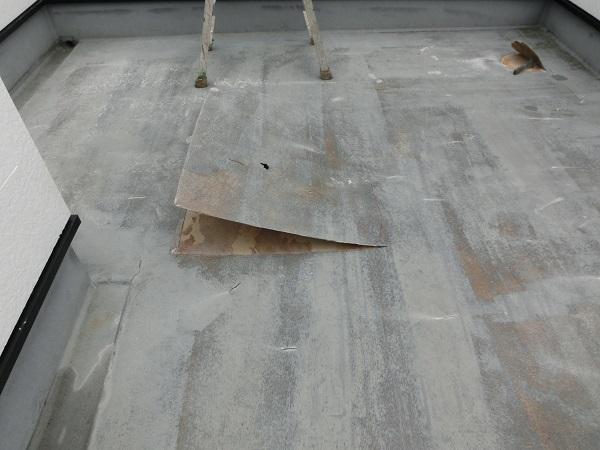 大阪府東大阪市 N様邸 屋根塗装・外壁塗装・付帯部塗装 屋上防水工事 施工前の状態 膨れ (6)