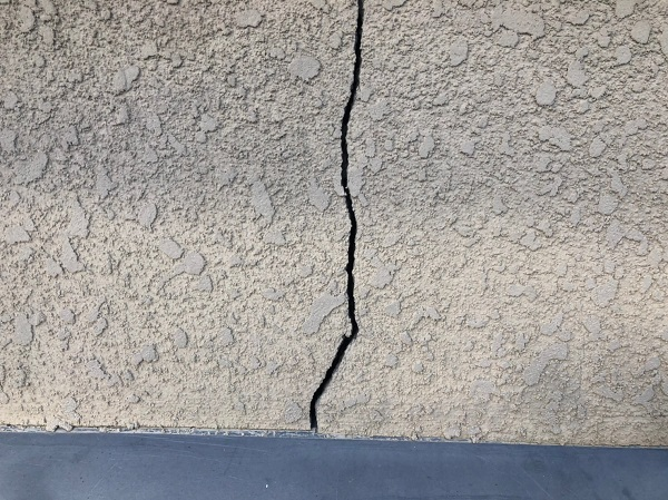 大阪府東大阪市 屋根塗装・外壁塗装 ひび割れ(クラック)の補修 Uカット処理 (1)